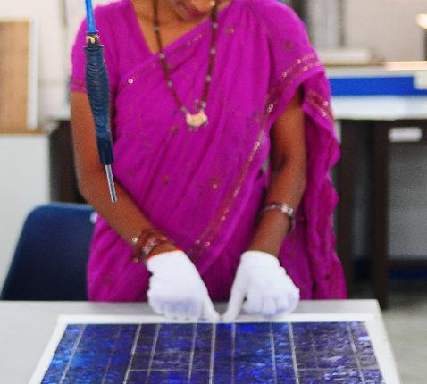 Indian woman wearing a sari. Photo.