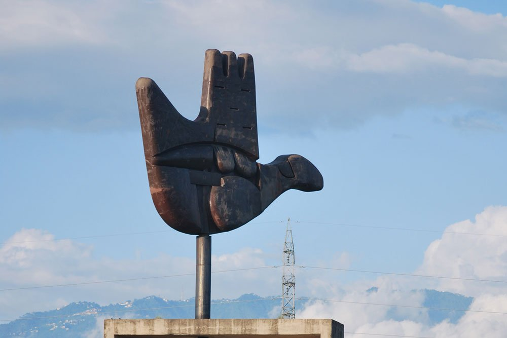Open hand monument. Photo.